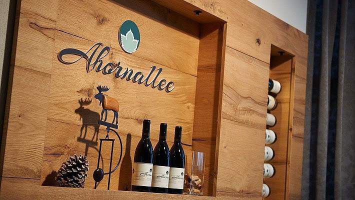 Die Innenaustattung der Ahornallee macht ihrem Namen auch beim rustikalen Weinregal alle Ehre.