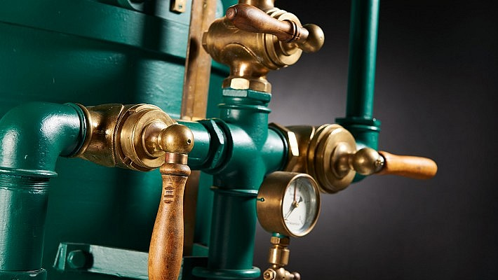 Farben und Formen dieser Gas-Absperrventile bieten einen schönen Kontrast.