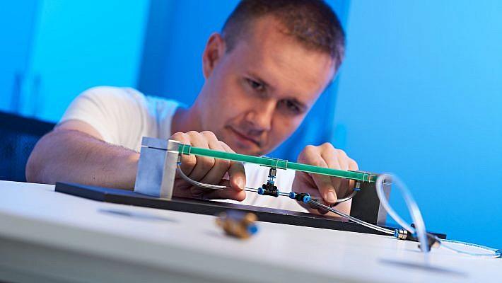 Mittels Druckluft werden die Plattendicke im Demonstrator, und damit auch deren Schwingungseigenschaften, gezielt eingestellt.