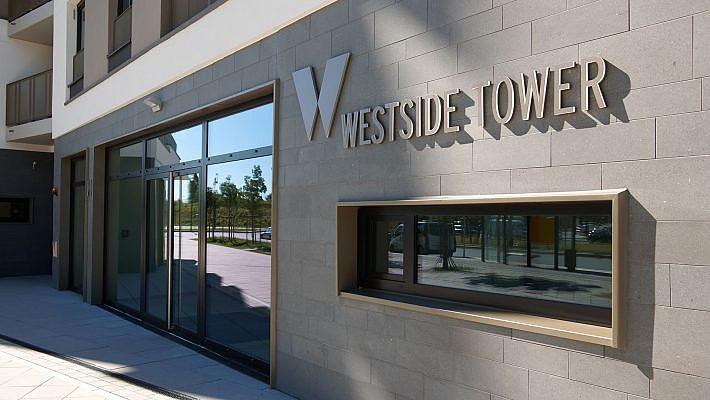 Eingang auf der Südseite zum WESTSIDE TOWER.