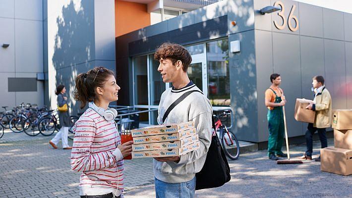 Studenten vor Wohnhaus, Reitbahnstr. in Dresden