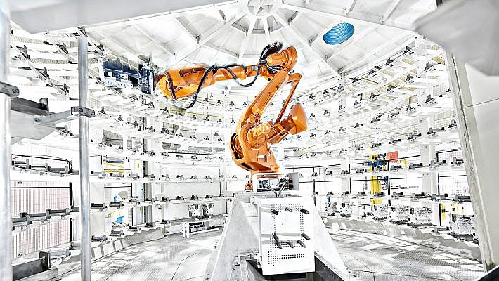 Industriefotografie eines Roboters unseres Kunden ABB in der Giesserei Nemak