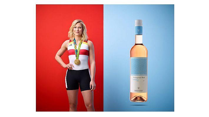 Für die Winzervereinigung Freyburg-Unstrut fotografieren wir die beiden Olympiasiegern Julia Liehr und Thorsten Margis vor knalligem Hintergrund. Als Spitzensportler empfehlen Sie nun die beiden neuen alkoholfreien Weine. Die Portraitfotos entstanden in unserem Fotostudio in Leipzig.