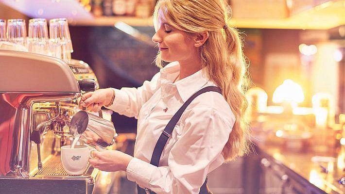 An der Bar im Marriott Leipzig entstand dieses Portraitfoto einer Restaurantfachfrau. Werbefotografie für Recruiting aus Leipzig.