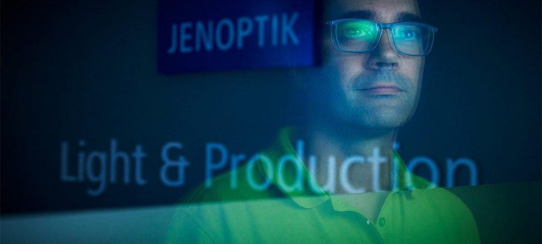 Portraitfotografie für den Bilderpool der Jenoptik AG. Aufgenommen am Standort in Bayeux/Frankreich.