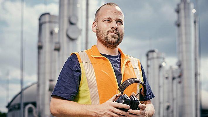Stolzes Portrait des Stanodortleiters vor seiner Anlage. Portraotfotografie und Industriefotograf