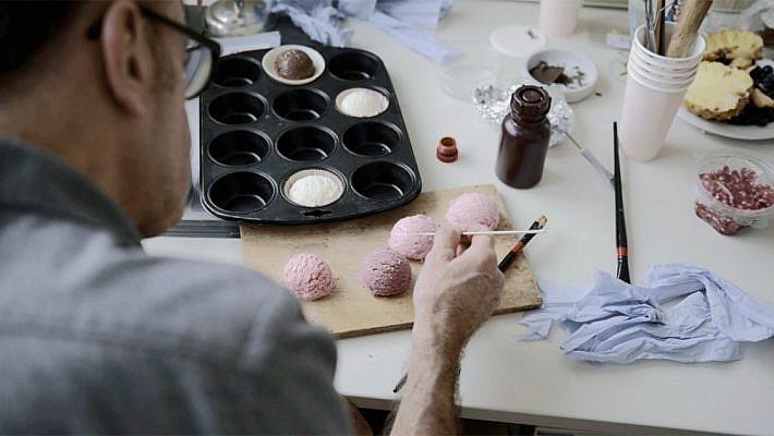 Foodfotografie hat häufig den schönen Nebeneffekt, leckeres und erlesenes probieren zu dürfen. Unser Anona-Eisshooting war da keine Ausnahme. Softeis bis der Arzt kommt. Das zeigt auch unser Making of Film. Produziert wurde das neue Bildmaterial der Produkte Softeis und Kugeleis. Leckere Eisfotos, anmutige Dekorationen.