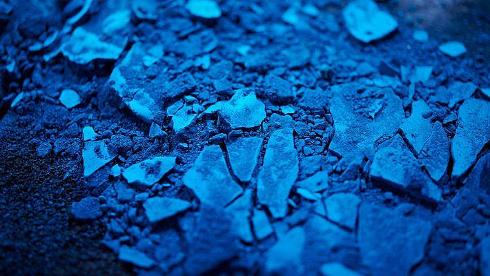 Getrocknetes Material - purer blauer Farbstoff für die Medizintechnik.Industriefoto für die Imagekampagne der Organica Feinchemie.