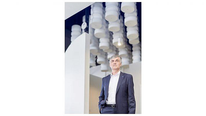Portraits von Mitarbeitern, Portraits der Geschäftsleitung - das gehört zur Grundausstattung des Unternehmensmarketings. Wir sehen hier den Geschäftsführer der GISA GmbH Herr Krüger in den Räumen der GISA in verschiedenen Situationen.